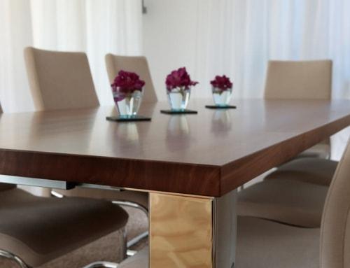 Holztisch mit Chromfüßen
