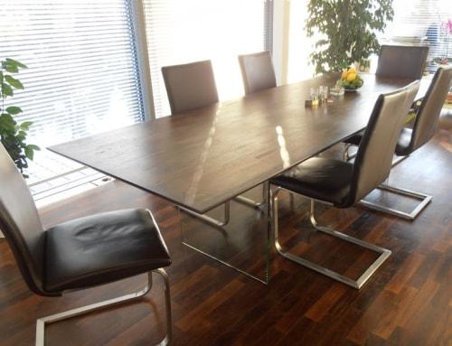 Holztisch mit Untergestell aus Glas
